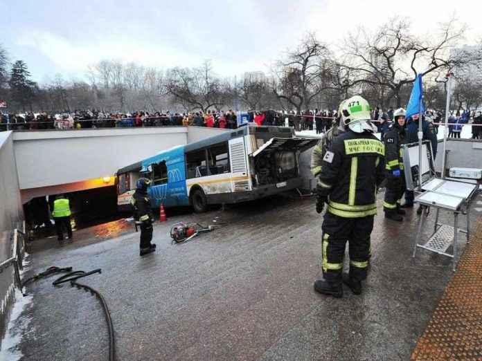 автобус сбил людей в переходе метро славянский бульвар