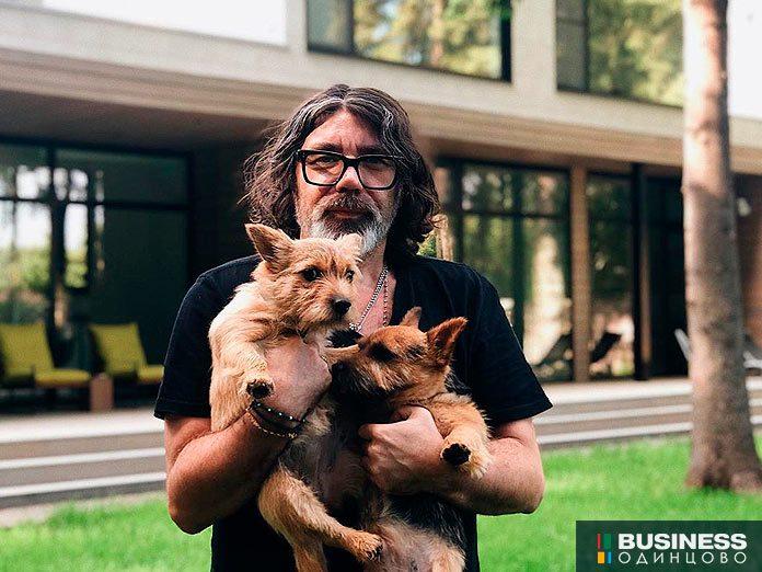 Даниил Берг в доме на РУблёвке. Фрагмент фото из личного инстаграмма Даниила.