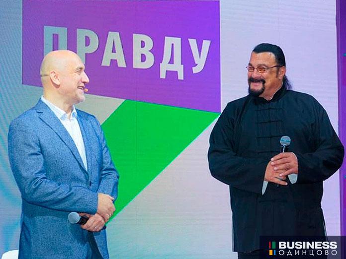 Захар Прилепин и Стивен Сигал на съезде партии