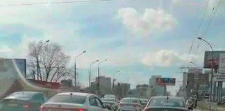 """Колонна автомобилей такси, движущаяся по Новосибирску """"на аварийках"""". Кадр взят из видео, снятого очевидцем событий."""