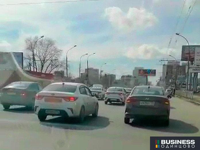 Колонна автомобилей такси, движущаяся по Новосибирску